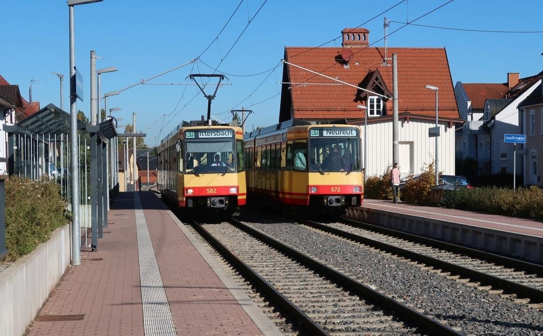 Stadtbahnen am Bahnhof Langensteinbach