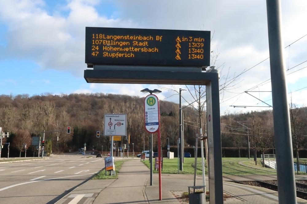 Anzeigetafel an der Bushaltestelle Zündhütle
